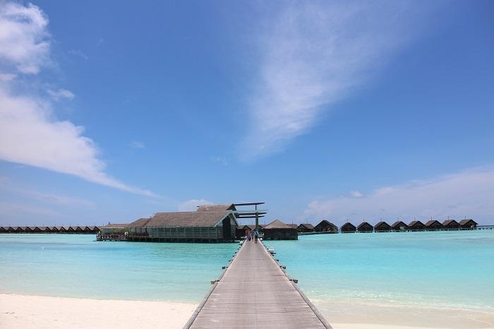 Pemandangan menuju water villa dan eastern restaurant