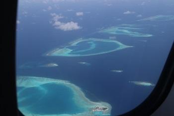 Pemandangan atoll Maldives dari atas pesawat