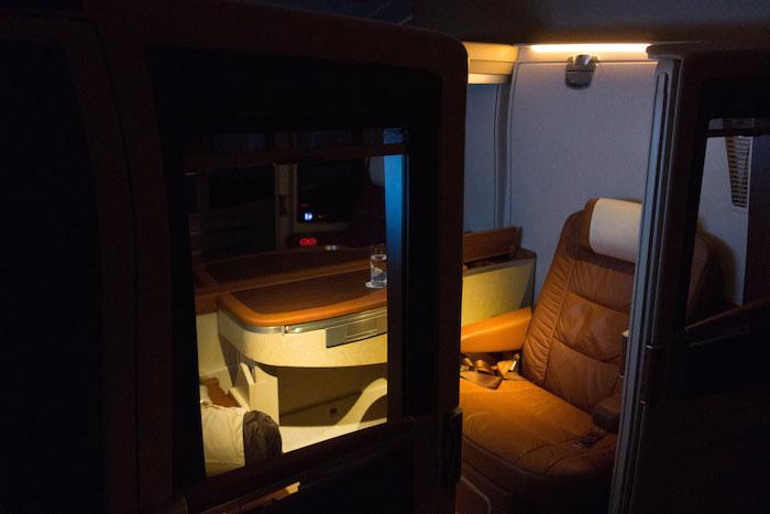 Lampu kabin sudah dimatikan dan hanya dinyalakan 1 spot light
