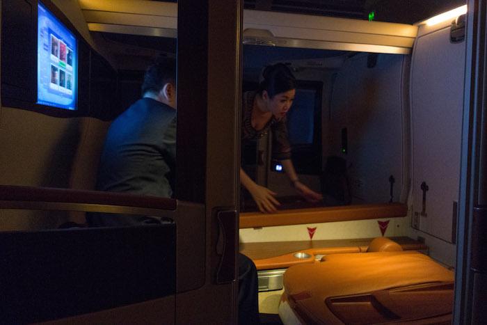 Terlihat Zaf dan salah seorang pramugari sedang menyulap kabinnay menjadi tempat tidur