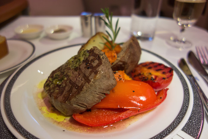 Menu makan siang Derek terakhir sebelum akhirnya mendarat di JFK Airport - U.S. Grilled Prime Beef Fillet designed by celebrity chef Alfred Portale.