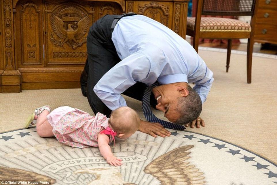 foto-obama-bermain-dengan-bayi