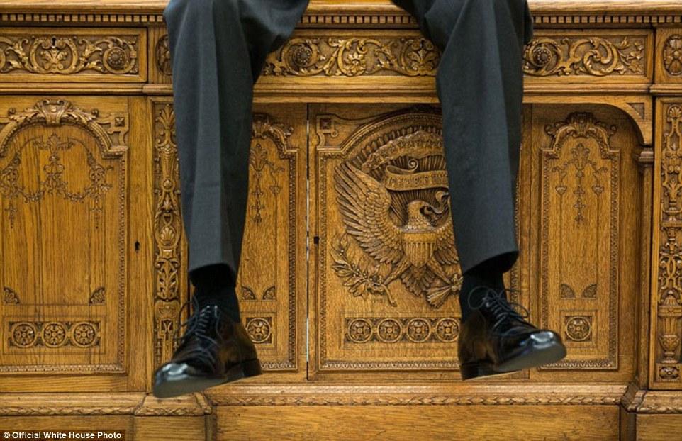 1 Oktober 2015 - Obama duduk di atas meja bersejarah Resolute ketika sedang berdiskusi di ruang oval