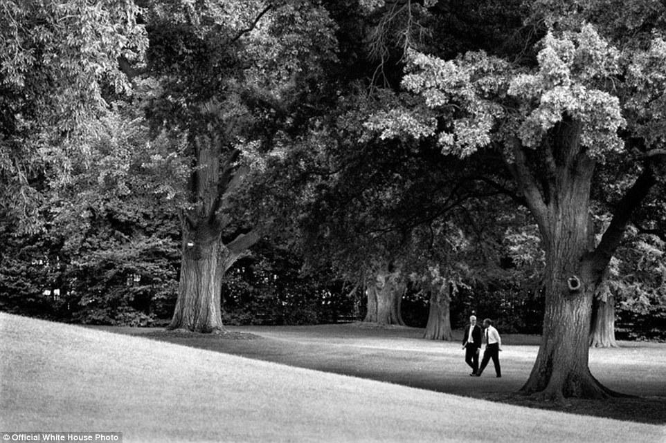 3 Juni 2012 - Obama dan Kepala Staf Denis McDonough berjalan santai di sebuah taman